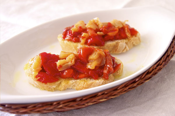 Ensalada de bacalao con pimientos rojos asados