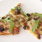 Pizza de cebolla y roquefort
