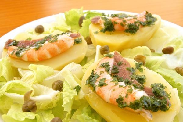 Ensalada de patatas y mar con salsa verde