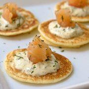 Blinis con salmón y salsa tártara