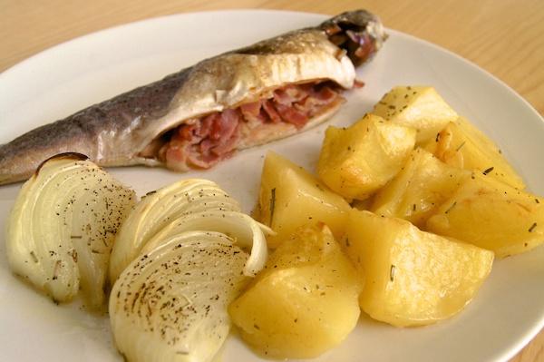 Trucha al horno y patatas al romero