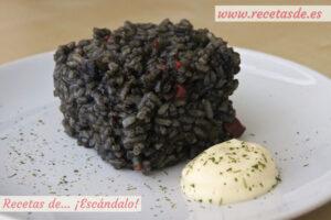 Arroz negro con calamares y salsa alioli casera