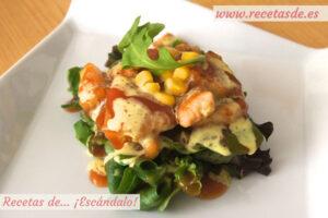 Ensalada de pollo a la plancha con piña, salsa agridulce y leche de coco al curry