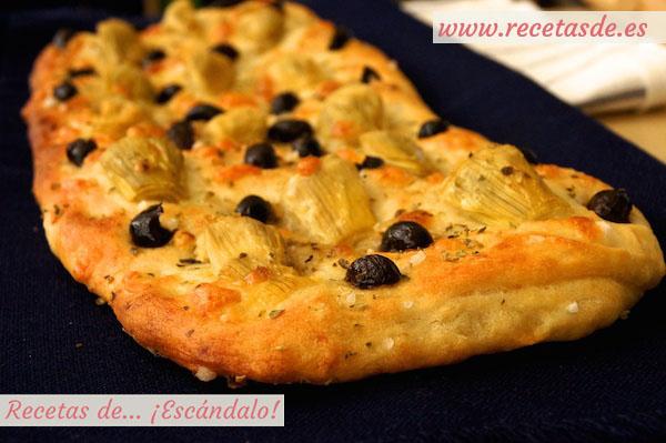 Focaccia italiana con olivas, alcachofas y mozzarella