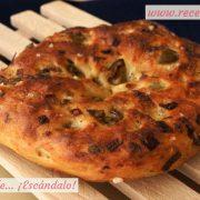 Focaccia italiana rellena de olivas y puerro