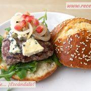 Hamburguesas caseras con queso roquefort y granada
