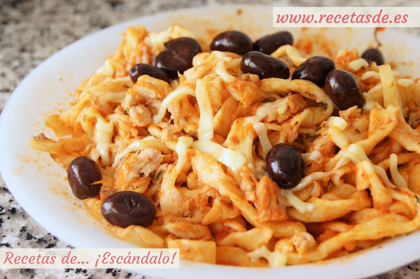Pasta fresca casera con tomate, atún y olivas