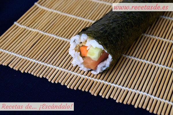 Detalle del maki sushi ya preparado y listo para cortar