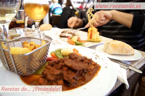 Comiendo en el restaurante Los Portales, en la Plaza Mayor de Cáceres