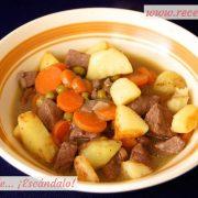 Estofado de ternera guisada en salsa a la jardinera con patatas