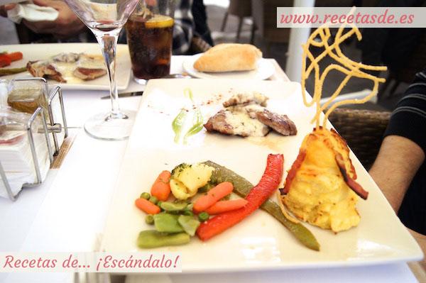 Solomillo de cerdo con salsa de Torta del Casar, puré de patata con su crujiente y menestra de verduras