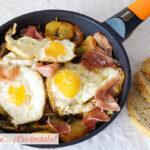 Huevos rotos o huevos estrellados con patatas y jamón