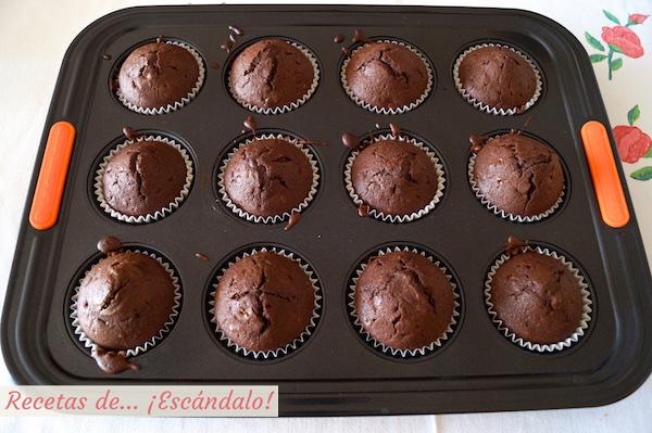 Magdalenas de chocolate recien horneadas