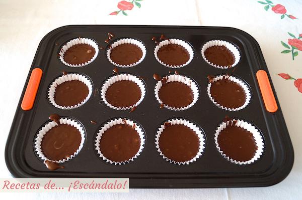 Masa de las magdalenas de chocolate, caseras y esponjosas
