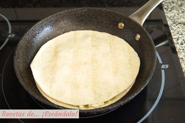 Hacer receta de quesadillas mexicanas de pollo y queso con verduras y aguacate