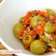 Aceitunas alinadas con vinagreta de mostaza y pimiento rojo