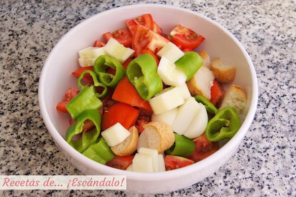 Ingredientes cortados para el gazpacho andaluz tradicional