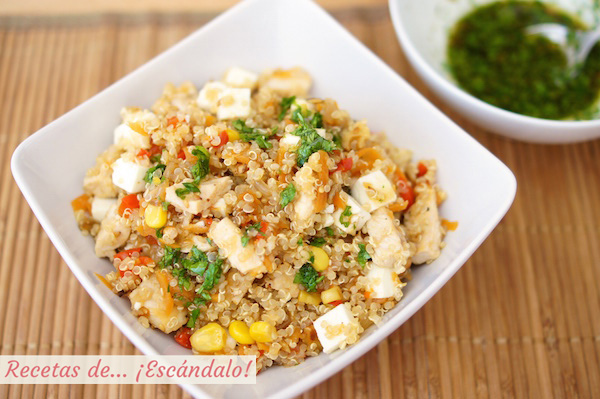 Receta de ensalada de quinoa con verduras, pollo y aliño thai