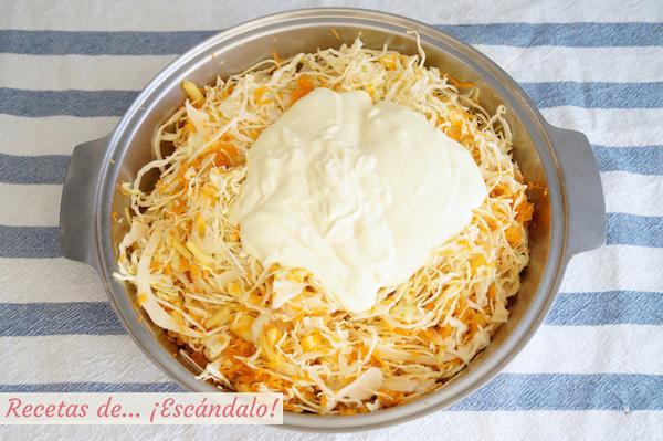 Ensalada de col y zanahorias americana o coleslaw con su salsa