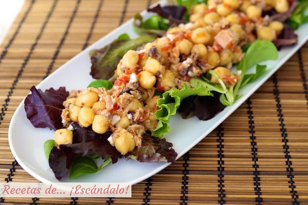 Ensalada de garbanzos y atun con vinagreta de mostaza y pimiento, receta facil