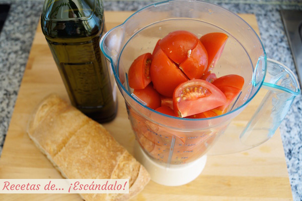 Triturar tomates para hacer salmorejo cordobes