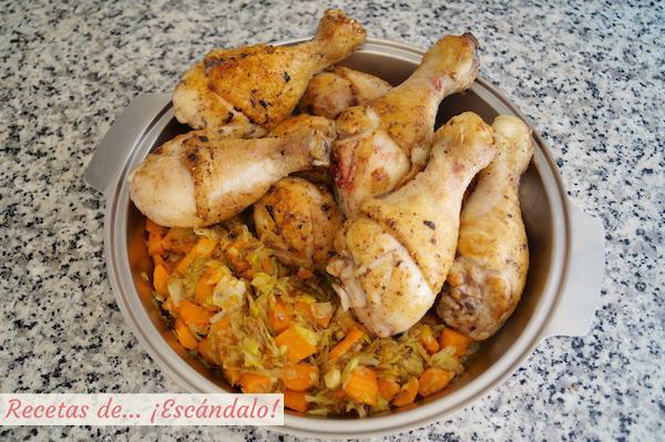 Los muslos de pollo y la verdura ya están listos para cocerse en la olla