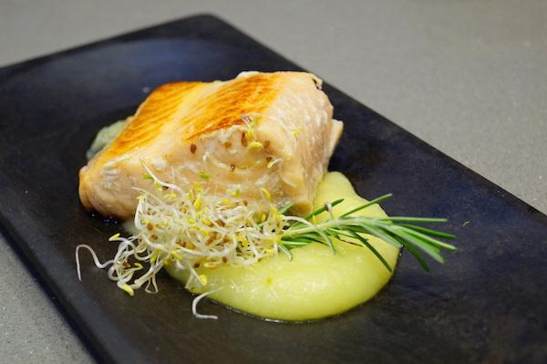 Salmon confitado a baja temperatura con pure de manzana