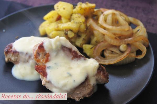 Receta de solomillo de cerdo con salsa roquefort, patatas y cebolla