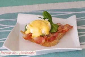 Huevos benedict con salsa holandesa y bacon