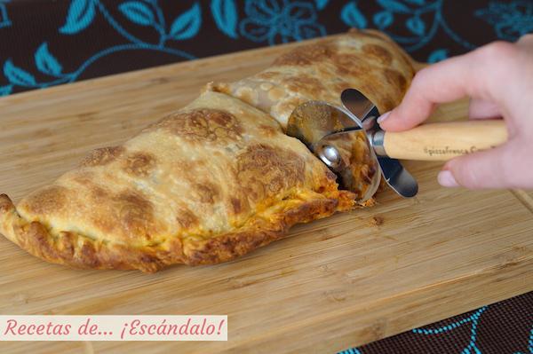 Pizza calzone con verduras y salsa bolonesa