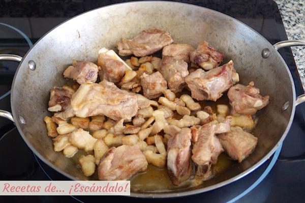 Costillas de cerdo y panceta para el arroz al horno