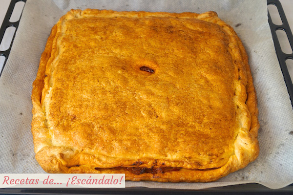 Empanada de atun recien horneada