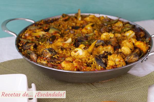 Paella de verduras casera y tradicional