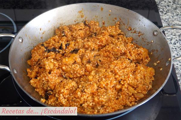 Preparando arroz con setas