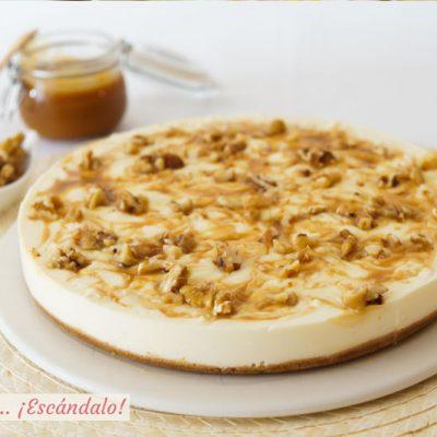 Tarta de queso con caramelo salado y nueces. Receta sin horno