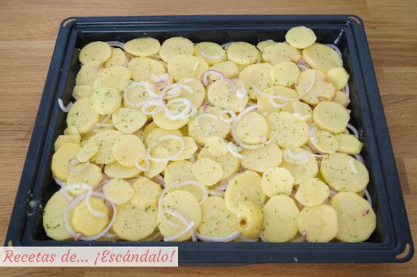 Patatas y cebollas para el rodaballo al horno