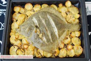 Rodaballo al horno con patatas panaderas. Receta de pescado al horno