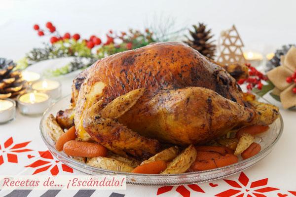 Como hacer pularda rellena al horno con guarnicion de patatas marinadas y zanahorias baby. Receta de Navidad