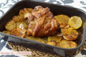 Codillo de cerdo asado al horno con patatas, super jugoso