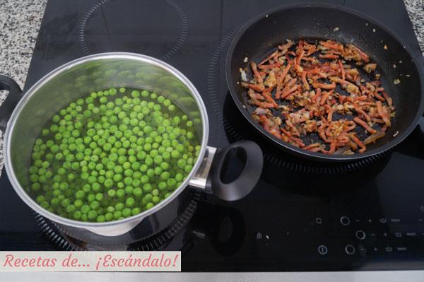 Guisantes cocidos y sofrito de cebolleta y jamon