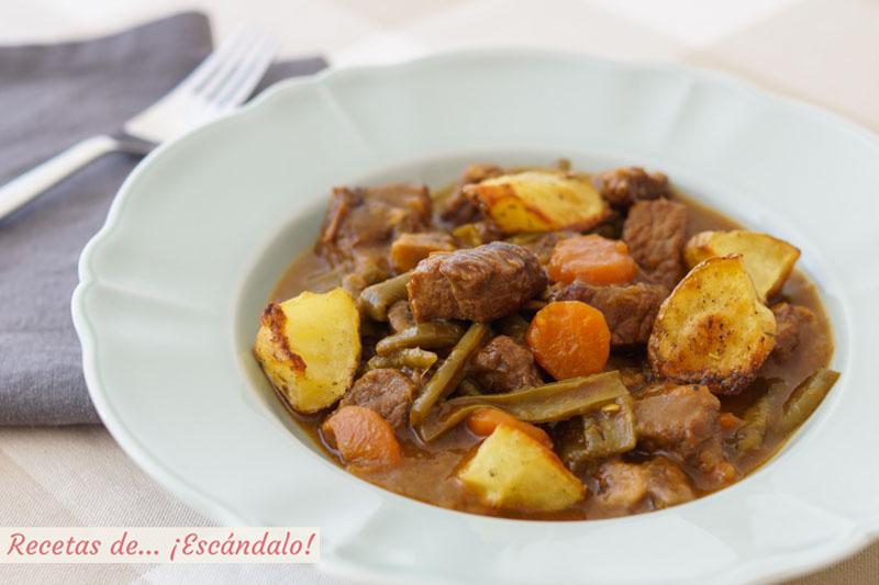 Carne guisada en salsa con patatas y verduras. Receta de cuchara