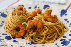 Espaguetis con gambas. Receta de pasta paso a paso