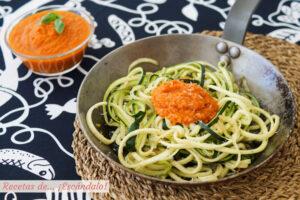 """Espaguetis de calabacín con salsa de tomate y queso. Receta de """"pasta"""" de verdura"""