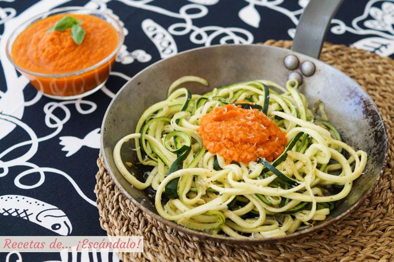 Espaguetis de calabacin con salsa de tomate y queso. Receta de pasta de verdura