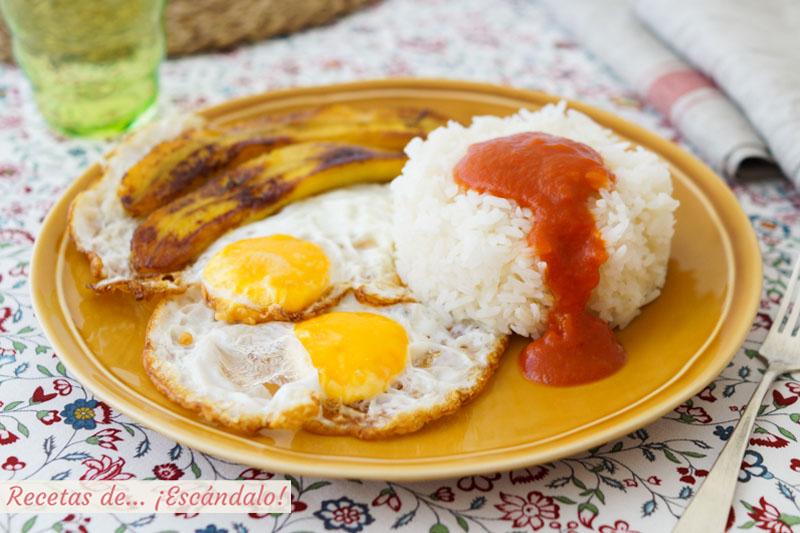 Arroz a la cubana, como hacer la receta con salsa de tomate, huevos y platano