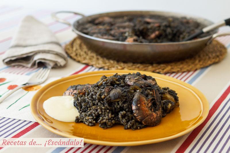 Arroz negro con sepia y gambas y salsa alioli casera