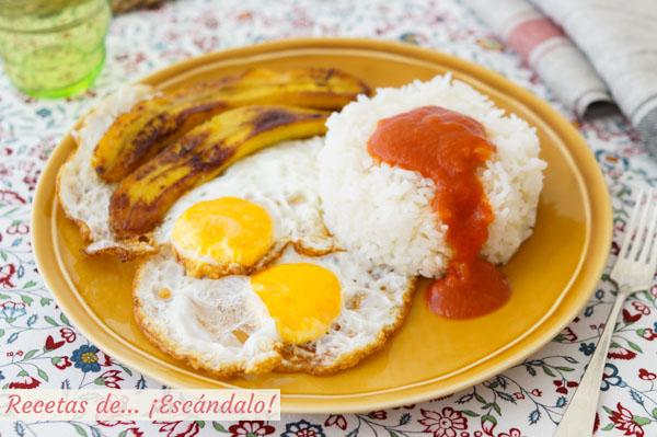 Como hacer la receta de arroz a la cubana con salsa de tomate, huevos y platano