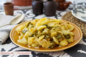 Patatas a lo pobre con cebolla y pimientos. Receta de guarnicion tradicional
