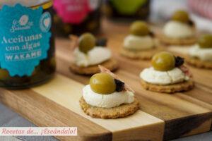 Canapés de galletas saladas caseras con queso crema al wasabi y aceitunas