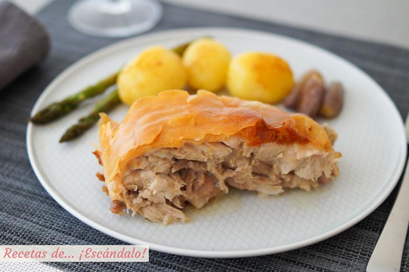 Cochinillo al horno asado con la piel crujiente y carne jugosa y tierna